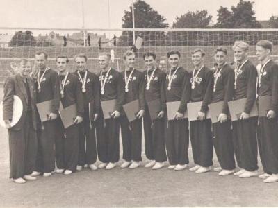 Анатолий Чинилин (первый слева) – тренер сборной СРСР. Он стоит так, чтобы не было видно отсутствие левой руки