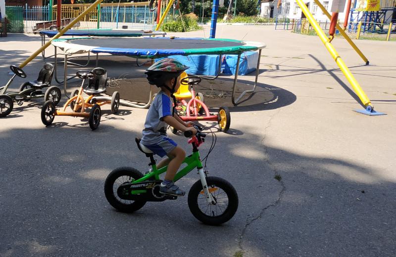 Як навчити трирічну дитину кататися на велосипеді без бокових коліщаток