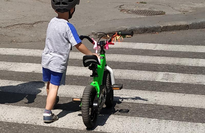 Переходячи дорогу, потрібно злізти з велосипеда